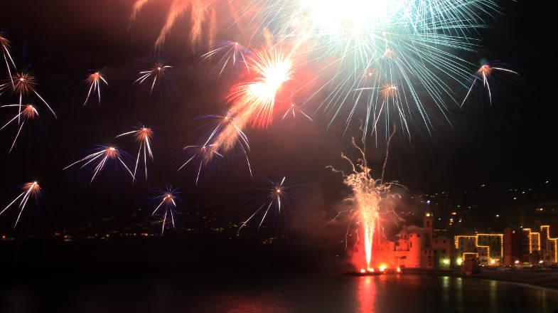 Fuochi d'artificio sul mare di Camogli