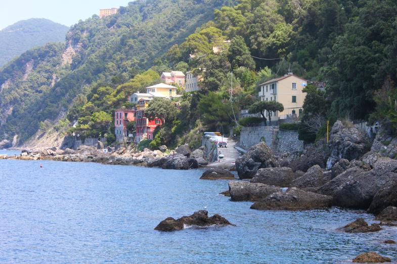 Le case di Porto Pidocchio con la calata per le barche