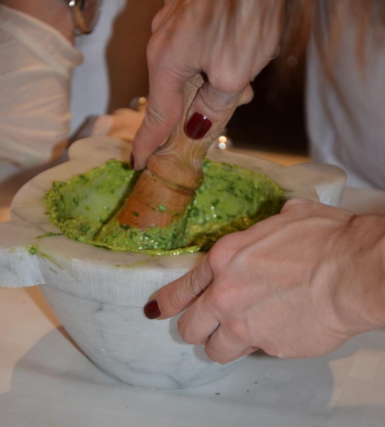 Preparazione del pesto genovese nel mortaio