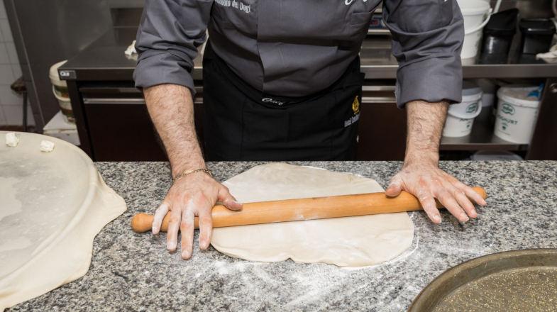 Il nostro chef stende la pasta per fare la Ficaccia di Recco