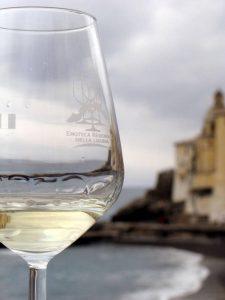 Bicchiere di vino bianco ligure a camogli
